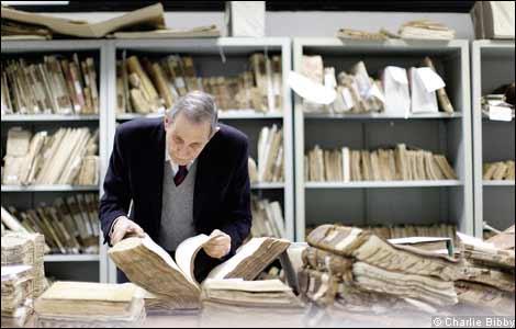 Giuseppe Felloni estudiando los archivos del Banco di San Giorgio
