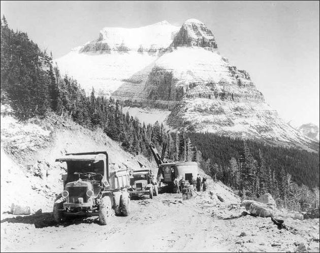 Construcción de la carretera Going-to-the-Sun con la montaña homónima al fondo, 1932